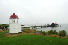 Bahía norteña con el faro Imágenes de archivo libres de regalías