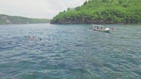Bahía ocultada barcos que bucea Nusa Penida 4k aéreo del turista metrajes
