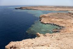 Bahía pacífica en la región del Mar Rojo, Sinaí, Egipto de la roca teñido Fotografía de archivo