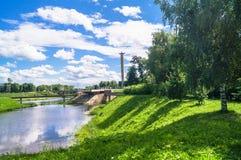 Bahía pintoresca del río de Tmaka al lado del monumento de guerra Ciudad de Tver, Rusia Imagen de archivo libre de regalías