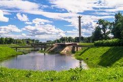 Bahía pintoresca del río de Tmaka al lado del monumento de guerra Ciudad de Tver, Rusia Fotos de archivo