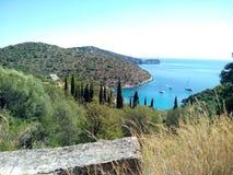Bahía recluida con aguas de la turquesa, islas de Grecia imágenes de archivo libres de regalías