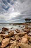 Bahía rocosa con el cloudscape dramático fotografía de archivo libre de regalías