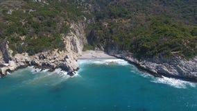 Bahía rocosa y mar salvaje almacen de metraje de vídeo