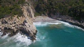 Bahía rocosa y mar salvaje almacen de video