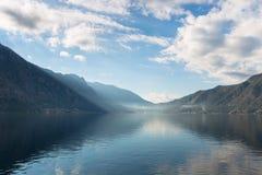 Bahía rodeada por las montañas fotos de archivo libres de regalías