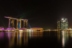 Bahía Singapur del puerto deportivo, con las luces laser verdes y la iluminación hermosa de la noche del cielo azul del negro Imagen de archivo