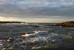Bahía tempestuosa de Trearddur del paisaje de la madrugada, Anglesey Imagen de archivo libre de regalías