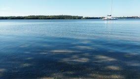 Bahía tranquila con el barco Imagen de archivo libre de regalías