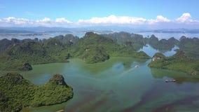 Bahía tranquila del océano de la visión aérea con el archipiélago ilimitado de la isla almacen de video