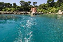 Bahía y barco exóticos Imagen de archivo