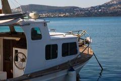 Bahía y barco griegos Imagen de archivo libre de regalías