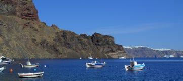 Bahía y barcos, Grecia de la isla de Thirassia Imagen de archivo libre de regalías