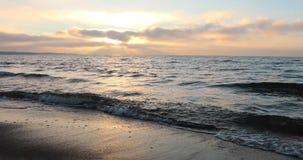 Bahía y cielo por la tarde en otoño almacen de metraje de vídeo