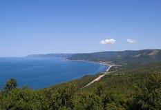 Bahía y playa abrigadas, con el camino que vaga Imágenes de archivo libres de regalías