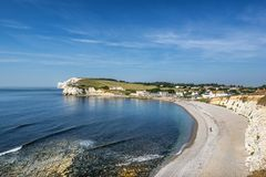 Bahía y playa de agua dulce en la isla del Wight foto de archivo