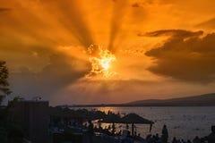 Bahía y playa de desatención con los parasoles, costa del Mar Negro, Gelendzhik, Rusia del mar de la puesta del sol Foto de archivo