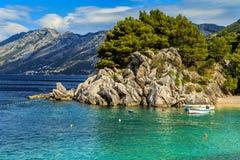 Bahía y playa hermosas con las motoras, Brela, región de Dalmacia, Croacia, Europa Imagen de archivo