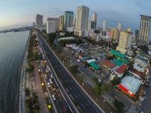 Bahía y rascacielos de Manila en la noche foto de archivo