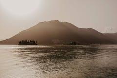 Bah?a de Kotor en la puesta del sol Cielo cubierto Montenegro, Balcanes, mar adri?tico, Europa foto de archivo