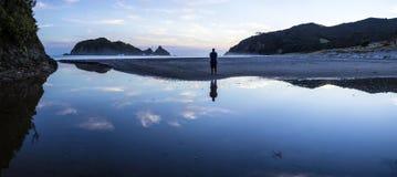Bahía de Harataonga, gran isla de la barrera, Nueva Zelanda Imagenes de archivo