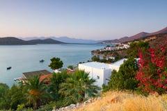 Bahía de Mirabello en la salida del sol Imágenes de archivo libres de regalías