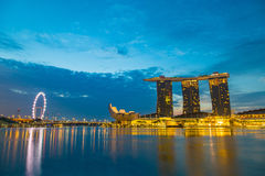 BAHÍA del PUERTO DEPORTIVO, SINGAPUR 21 de marzo: Época crepuscular de la demostración de Marina Bay Imagenes de archivo
