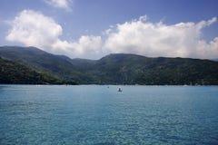 Bahía tropical azul tranquila Foto de archivo libre de regalías