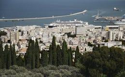 从Bahai庭院都市风景的和口岸的全景在海法 图库摄影