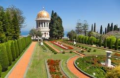 Bahai arbeta i trädgården på Haifa, Israel Arkivfoton