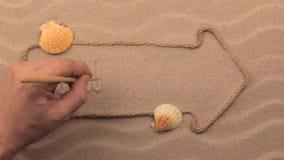 Bahamas-Aufschrift eigenhändig geschrieben auf den Sand, in den Zeiger gemacht vom Seil stock footage