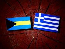 Bahamas flagga med den grekiska flaggan på en isolerad trädstubbe Royaltyfria Bilder