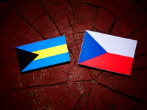 Bahamas flagga med den tjeckiska flaggan på en trädstubbe Fotografering för Bildbyråer