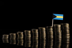 Bahamas flagga med lotten av mynt som isoleras på svart Royaltyfria Bilder