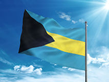 Bahamas flagga som vinkar i den blåa himlen Arkivfoton