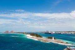 Bahamas fyr med Nassau och semesterort i bakgrund Royaltyfri Fotografi