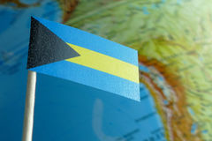 Bahamas kennzeichnen mit einer Kugelkarte als Hintergrund Lizenzfreie Stockfotos