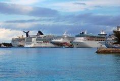Bahamas-Kreuzschiffe am Kanal stockbild