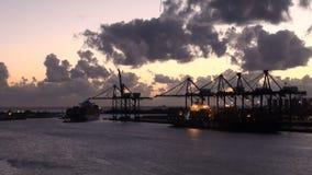 Bahamas - porto franco - terminal de recipiente e Drydock para o recondicionamento do navio de cruzeiros vídeos de arquivo