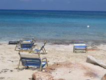 Bahamas-Strand-Stühle Stockfotos