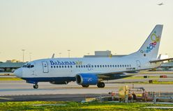 Bahamasair flygplan på MIAEN Miami för internationell flygplats Arkivbilder
