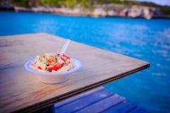 Bahamischer Tritonshornsalat machte frisch auf Landwirt ` s Cay in den Bahamas stockfotos