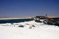BAHIA INGLESA, CHILI - DECEMBER 26 2011: Witte blanca van Playa van het zandstrand bij vreedzame kust van Atacama-woestijn royalty-vrije stock foto