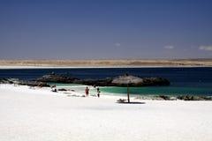 BAHIA INGLESA, CHILI - DECEMBER 26 2011: Witte blanca van Playa van het zandstrand bij vreedzame kust van Atacama-woestijn stock foto