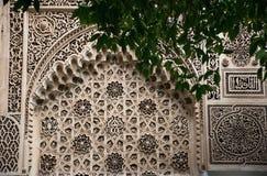 Bahia slott Marocko Detaljerad vägghand - gjorda tegelplattor Berömd slott marrakech Arkitekturdetaljer med trädfilialen framme Royaltyfri Fotografi