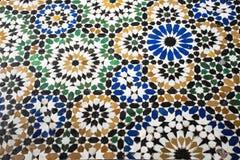 Bahia slott Marocko Detaljerat mosaigolv antikviteten Marockanska handgjorda tegelplattor färgrik bakgrund royaltyfri bild