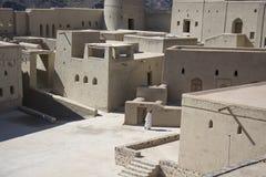 Bahla fort Oman med mannen Arkivfoton