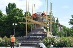 Bahmut,乌克兰, 2018年6月 折除对共产主义领导人Artem的纪念碑 免版税库存照片