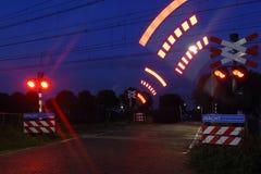 Bahnübergang in der Nacht Stockbilder