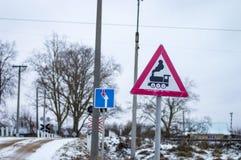 Bahnübergang mit Zeichen und Schienen Stockfotografie